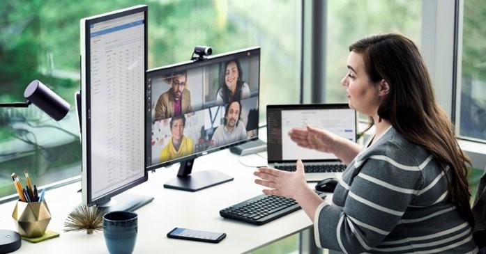 woman at desktop pic
